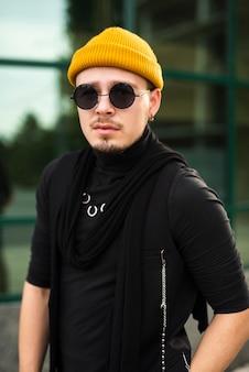 Stylowy mężczyzna w okularach przeciwsłonecznych