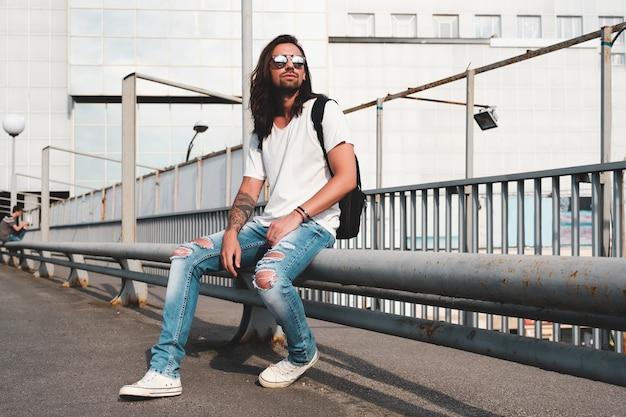 Stylowy mężczyzna z okularami przeciwsłonecznymi i brodą
