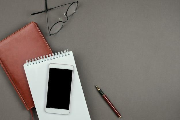 Stylowy minimalistyczny makieta z notatnik, terminarz, okulary i długopis na szarym tle na lato