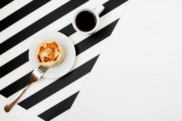 Stylowy minimalistyczny obszar roboczy z filiżanką kawy i piekarni