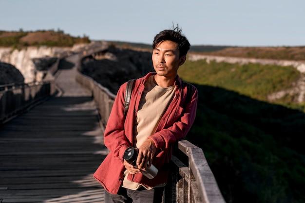 Stylowy młody człowiek korzystających z podróży