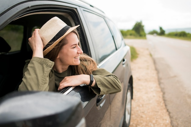 Stylowy młody podróżnik korzystający z jazdy samochodem