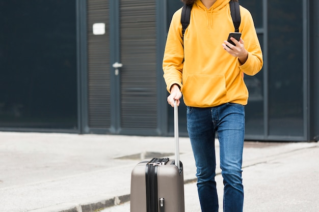 Stylowy młody podróżnik z bagażem