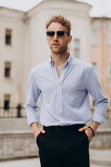 Stylowy, młody, przystojny mężczyzna w eleganckim stroju