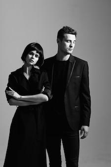 Stylowy model mężczyzna i kobieta pozowanie moda portret.