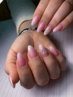 Stylowy modny kobiecy manicure
