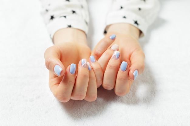 Stylowy modny kobiecy manicure.