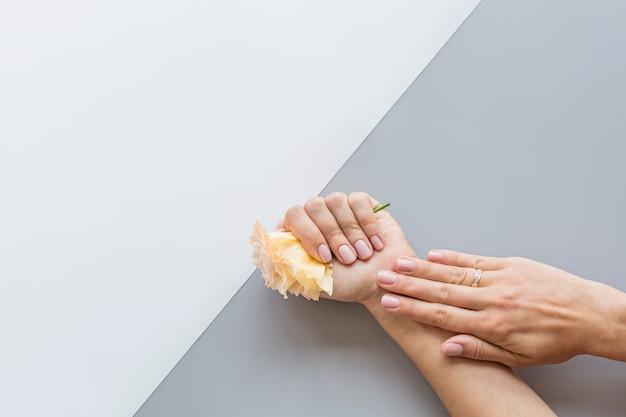 Stylowy modny kobiecy różowy manicure