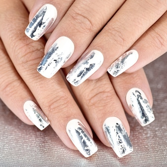Stylowy modny kobiecy srebrny manicure.