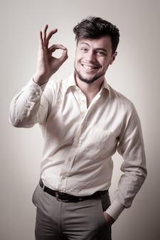 Stylowy, nowoczesny facet z białą koszulą