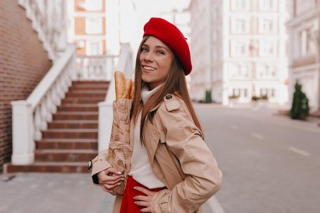 Stylowy nowoczesny kaukaski kobieta w stroju francuskim pozowanie