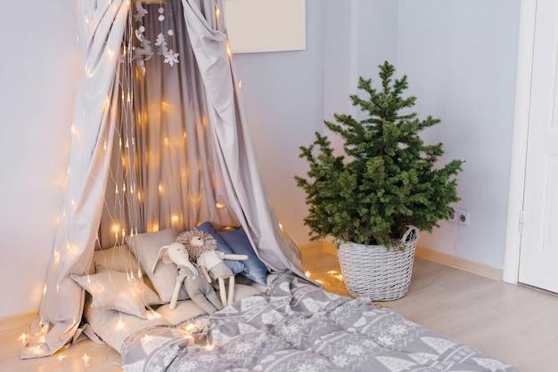 Stylowy nowoczesny pokój dziecięcy łóżko dziecięce z markizą choinka w wiklinowym koszu