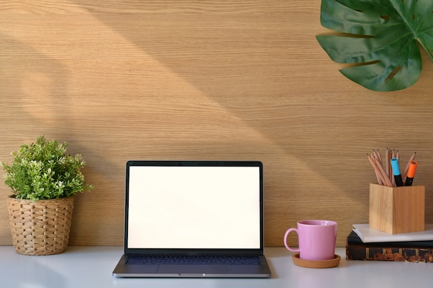 Stylowy obszar roboczy na poddaszu z laptopem z białym ekranem.