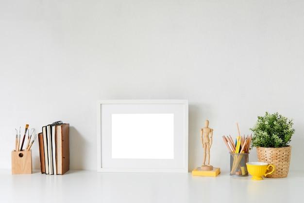 Stylowy obszar roboczy z plakatem, książką i gadżetem. biurko miejsca pracy i kopia przestrzeń.