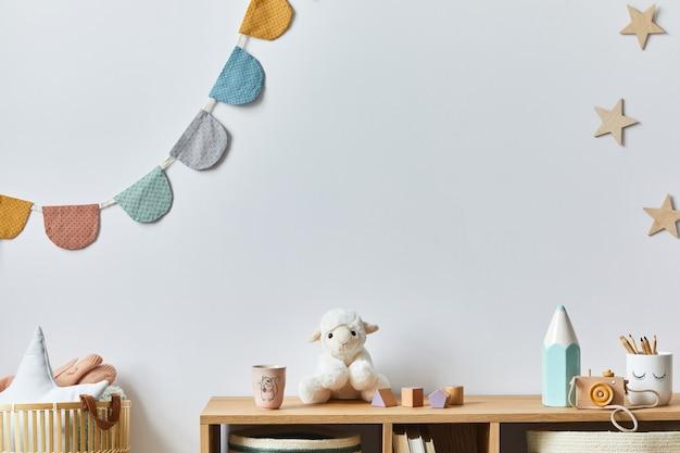 Stylowy pokój dla noworodka skandynawskiego z zabawkami, pluszowym zwierzakiem, aparatem fotograficznym, lalką i akcesoriami dla dzieci