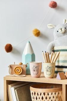 Stylowy pokój dla noworodka skandynawskiego z zabawkami, pluszowym zwierzątkiem, aparatem fotograficznym i akcesoriami dla dzieci