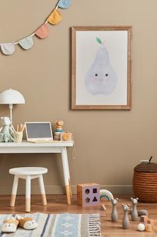 Stylowy pokój dla noworodka w stylu skandynawskim z brązową drewnianą ramą plakatową, zabawkami, pluszowymi zwierzętami i akcesoriami dla dzieci. przytulna dekoracja i wiszące bawełniane flagi na beżowej ścianie. szablon.
