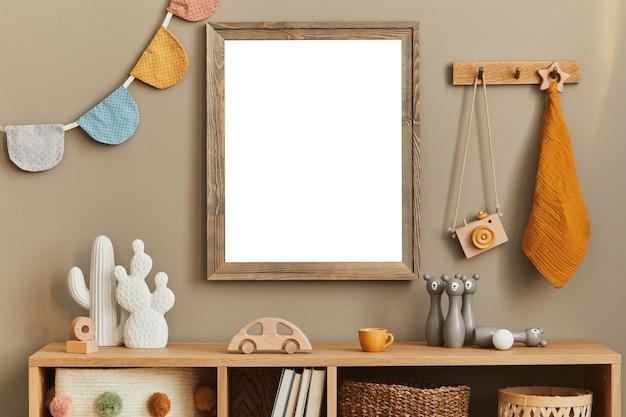 Stylowy pokój dziecięcy scandi z drewnianą ramką na zdjęcia drewniane i pluszowe pudełka na zabawki klocki i akcesoria ścienne jasne, przytulne i słoneczne wnętrze z drewnianą komodą wystrój domu