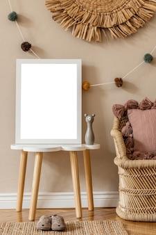 Stylowy pokój dziecięcy scandi z drewnianą ramką na zdjęcia drewniane pudełka na zabawki klocki i akcesoria