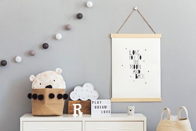 Stylowy pokój dziecięcy scandi z drewnianą ramką na zdjęcia, drewnianymi i pluszowymi zabawkami, pudełkami, klockami i akcesoriami