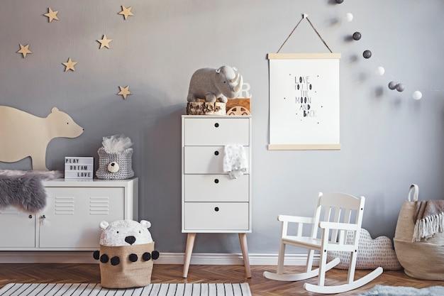 Stylowy pokój dziecięcy z drewnianą ramką na zdjęcia, drewnianymi i pluszowymi zabawkami, pudełkami, klockami i akcesoriami