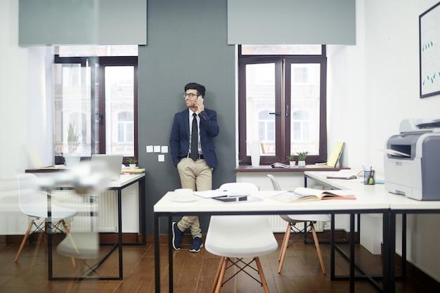 Stylowy portret brodatego przedsiębiorcy