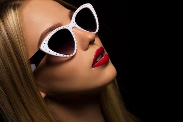 Stylowy portret młodej dziewczyny w okularach przeciwsłonecznych