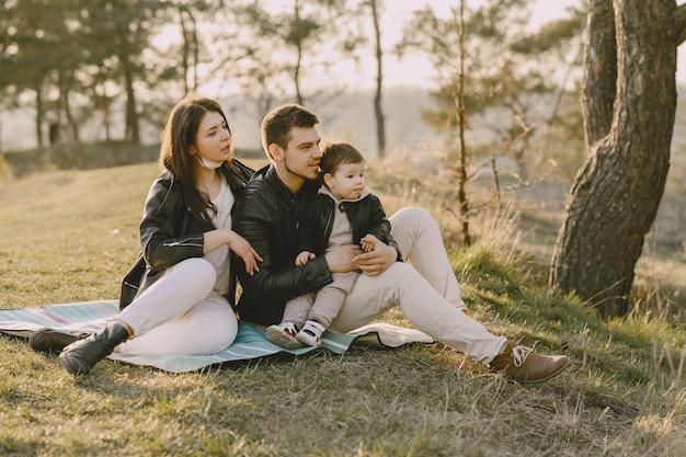 Stylowy rodzinny obsiadanie na wiosny polu