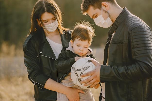 Stylowy rodzinny spacer po słonecznym polu