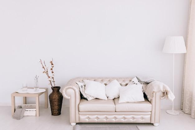 Stylowy salon z wygodną sofą