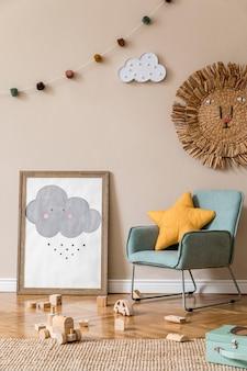 Stylowy skandynawski pokój dziecięcy z makietą plakatu, zabawkami, pluszowym misiem, pluszowymi zwierzętami i akcesoriami dla dzieci