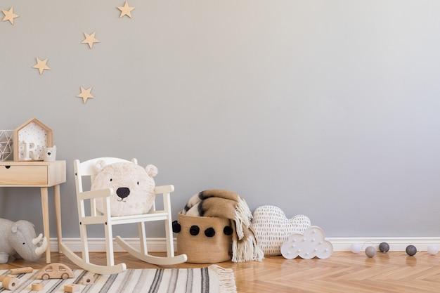 Stylowy skandynawski pokój dziecięcy z miejscem do kopiowania, zabawkami, pluszowym misiem, pluszowymi zwierzętami i akcesoriami dla dzieci