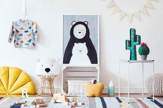 Stylowy skandynawski pokój dziecięcy z plakatem, zabawkami, misiem, pluszowym zwierzakiem, naturalną pufą i akcesoriami dla dzieci
