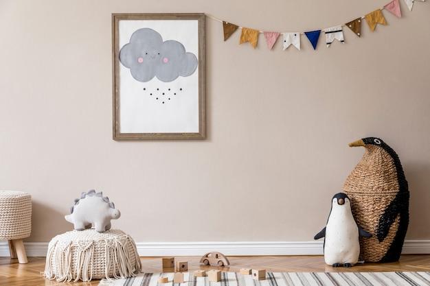 Stylowy skandynawski pokój dziecięcy z plakatem, zabawkami, misiem, pluszowym zwierzątkiem, naturalną pufą i akcesoriami dla dzieci. nowoczesne wnętrze z beżową ścianą. zaprojektuj home staging.