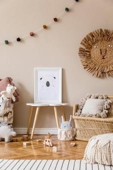 Stylowy Skandynawski Pokój Dziecięcy Z Plakatem, Zabawkami, Misiem, Pluszowym Zwierzątkiem, Naturalną Pufą I Akcesoriami Dla Dzieci. Nowoczesne Wnętrze Z Beżową ścianą. Zaprojektuj Home Staging. Premium Zdjęcia