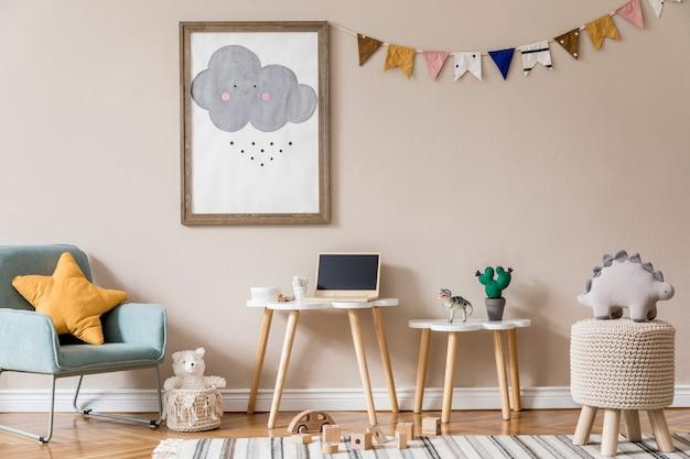 Stylowy skandynawski pokój dziecięcy z plakatem, zabawkami, misiem, pluszowym zwierzątkiem, naturalną pufą i akcesoriami dla dzieci. nowoczesne wnętrze z beżowymi ścianami. . zaprojektuj home staging.