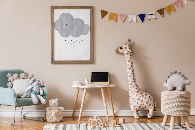 Stylowy skandynawski pokój dziecięcy z zabawkami, misiem, pluszowym zwierzakiem, naturalną pufą i akcesoriami dla dzieci. nowoczesne wnętrza z beżowymi ścianami w tle. zaprojektuj home staging.