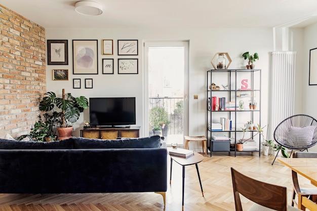 Stylowy skandynawski salon open space z designerską sofą i regałem