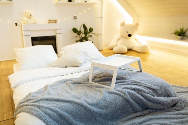 Stylowy skandynawski salon wnętrza nowoczesnego mieszkania