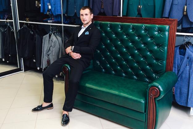 Stylowy sprzedawca garniturów męskich