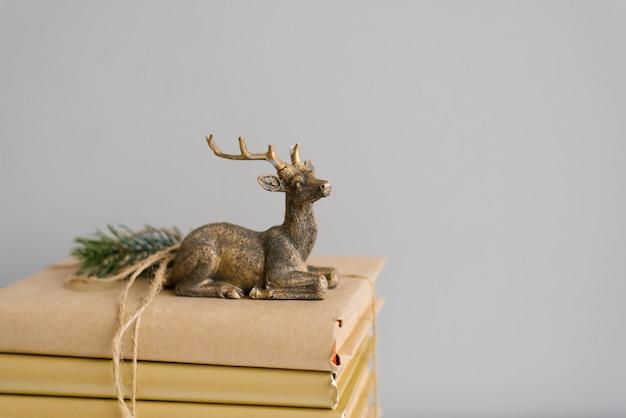 Stylowy świąteczny jeleń na książkach.