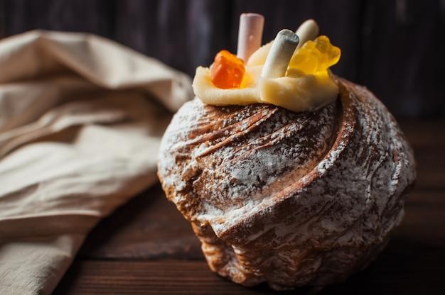 Stylowy tort wielkanocny z pianki i żelki na ciemnym tle rustykalnym drewniane.