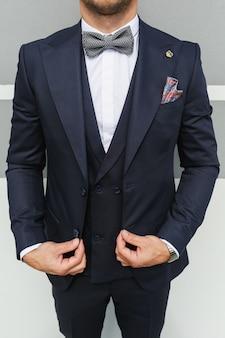 Stylowy wygląd, wygląd mody, wygląd mężczyzn, styl ślubu, koncepcja mody, odzież marki, kostium klasyczny