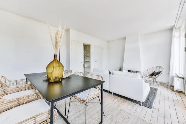 Stylowy Wystrój Domu Ze Strefą Jadalną Ze Stołem I Krzesłami W Nowoczesnym Mieszkaniu Premium Zdjęcia