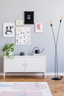 Stylowy wystrój wnętrza salonu z makietą ramek na plakaty komoda i szablon akcesoriów