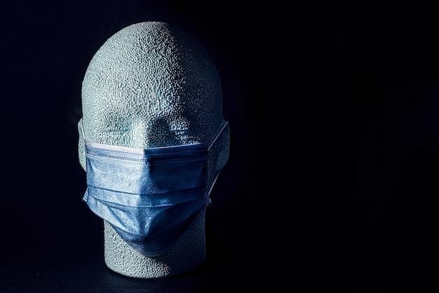 Styropianowa ludzka głowa z maską