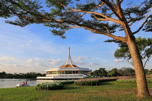Suan luang rama ix, park dla ludzi w bangkoku, aby odpocząć i ćwiczyć