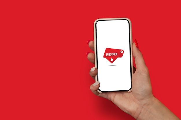 Subskrybuj kanał internetowy na wyświetlaczu smartfona. dziewczyna z pięknymi paznokciami trzyma smartphone z bliska z ikoną darmowe wifi.