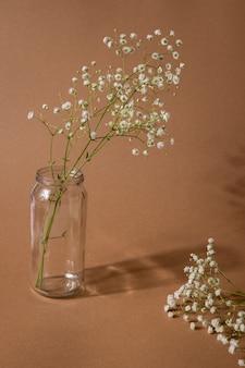 Sucha gałąź kwiatu na jasnobrązowym.
