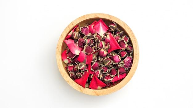 Sucha herbaciana menchii róża na białym tle.